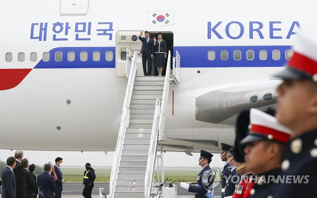 当地时间6月11日下午,韩国总统文在寅(左)和夫人金正淑搭乘空军一号专机抵达英国康沃尔纽基机场。 韩联社