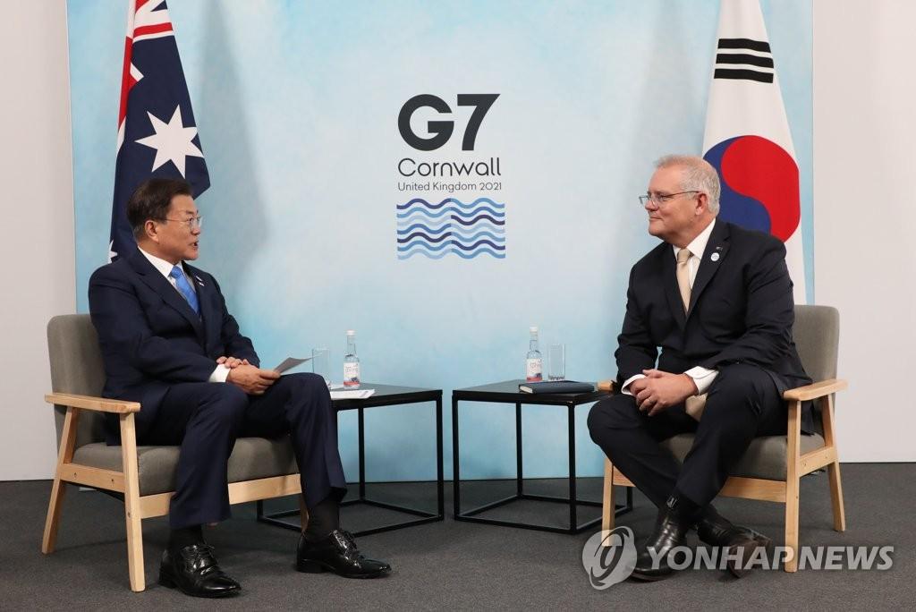 当地时间6月12日,在英国康沃尔,文在寅(左)与澳大利亚总理莫里森举行会谈。 韩联社