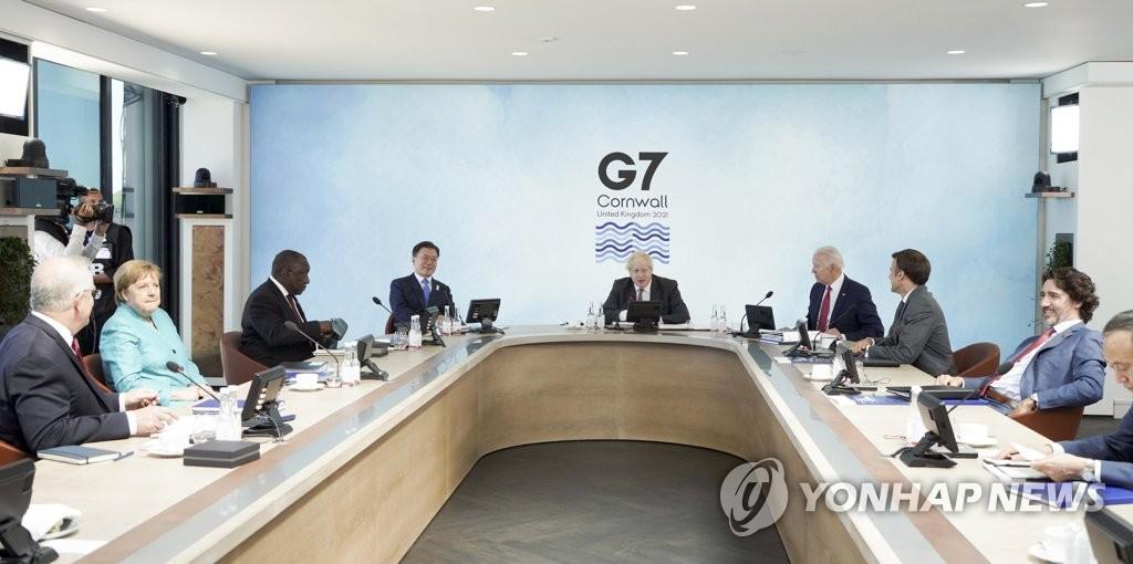 当体时间6月12日,在英国康沃尔,文在寅(左四)出席七国集团(G7)峰会首场扩大会议。 韩联社