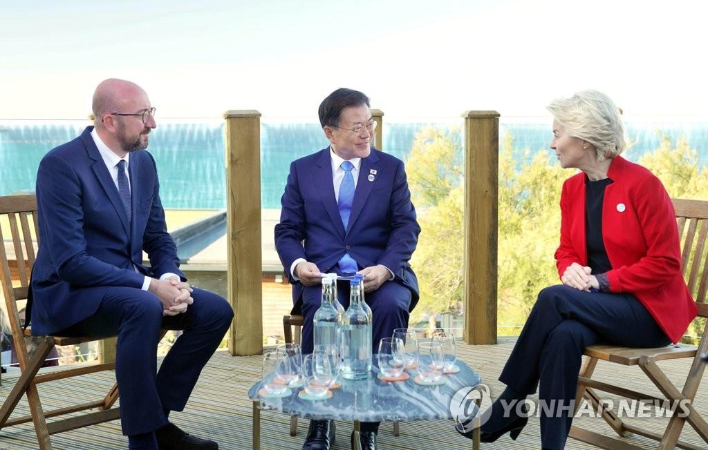 当地时间6月12日,在英国康沃尔卡比斯贝,韩国总统文在寅(中)与欧盟委员会主席乌尔苏拉·冯德莱恩(右)和欧洲理事会主席夏尔·米歇尔举行韩欧领导人会谈。 韩联社