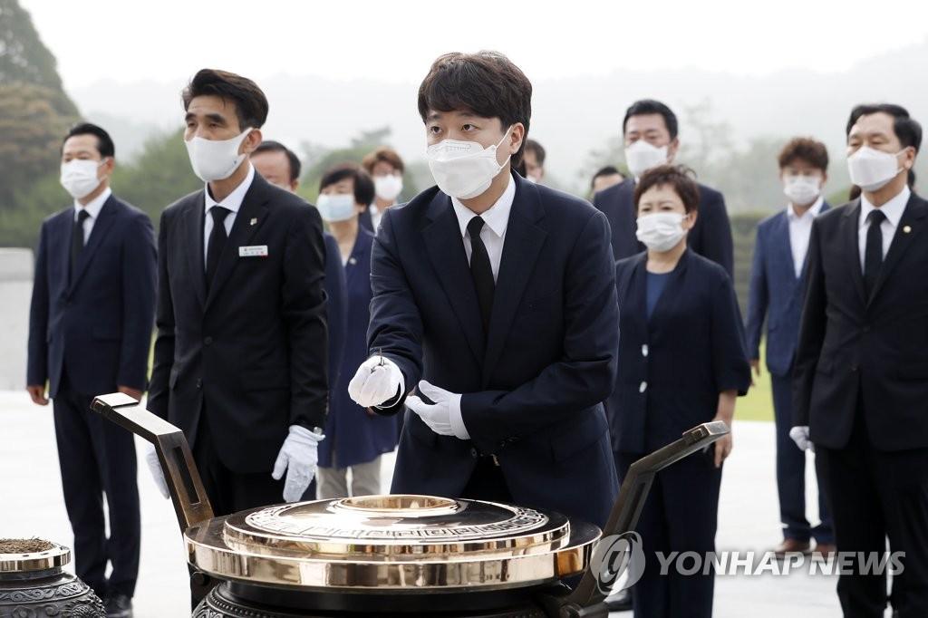 韩最大在野党党首参拜显忠院