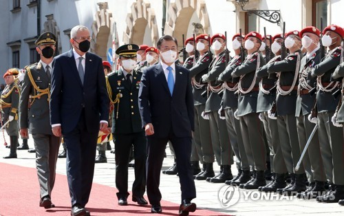 韩奥领导人检阅仪仗队