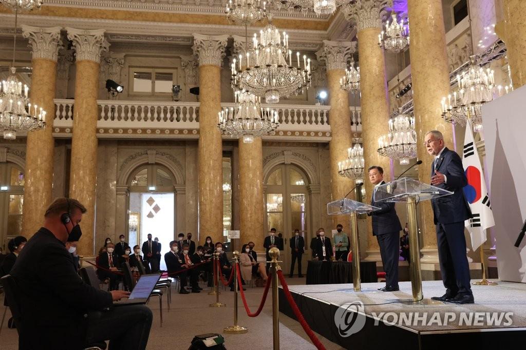 当地时间6月14日,在位于奥地利首都维也纳的霍夫堡宫,韩国总统文在寅(右二)和奥地利总统亚历山大·范德贝伦在首脑会谈结束后,举行联合记者会。 韩联社