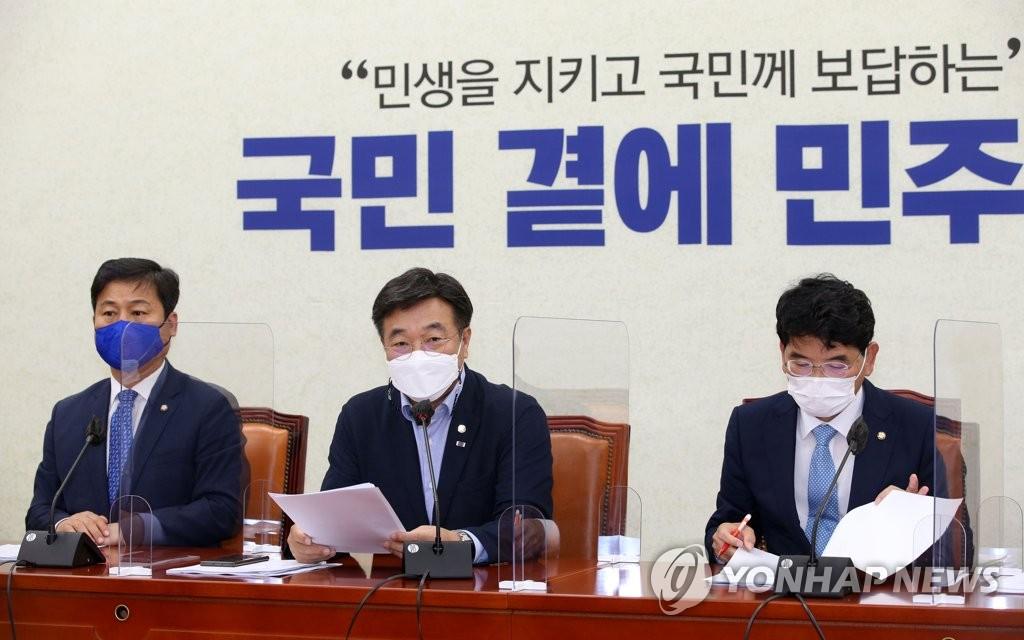 6月15日,在韩国国会,执政党共同民主党党鞭尹昊重(中)在对策会议上发言。 韩联社