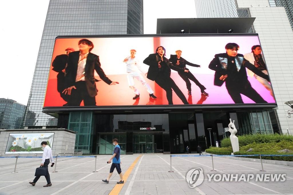 资料图片:首尔市江南区韩国国际会展中心(COEX)的大屏幕播放防弹少年团的热曲《Butter》的MV。 韩联社