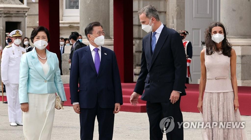 当地时间6月15日,正在西班牙进行国事访问的总统文在寅(左二)出席了由西班牙国王费利佩六世(左三)主持的欢迎仪式。图为文在寅与费利佩六世交谈。 韩联社