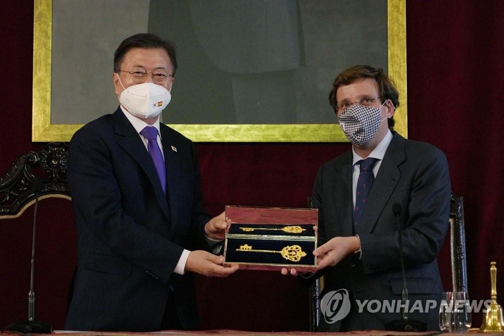 当地时间6月15日,马德里市长马丁内斯·阿尔梅达(右)向文在寅赠送金钥匙。 韩联社