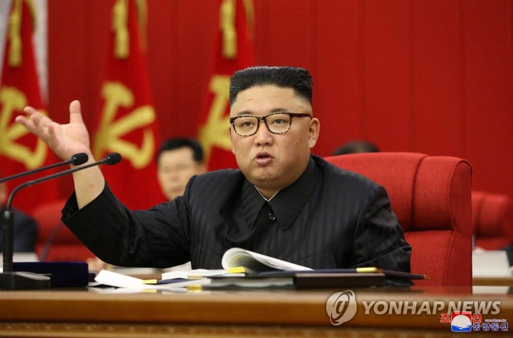 6月15日,在平壤,金正恩主持召开朝鲜劳动党第八届中央委员会第三次全体会议。 韩联社/朝中社(图片仅限韩国国内使用,严禁转载复制)