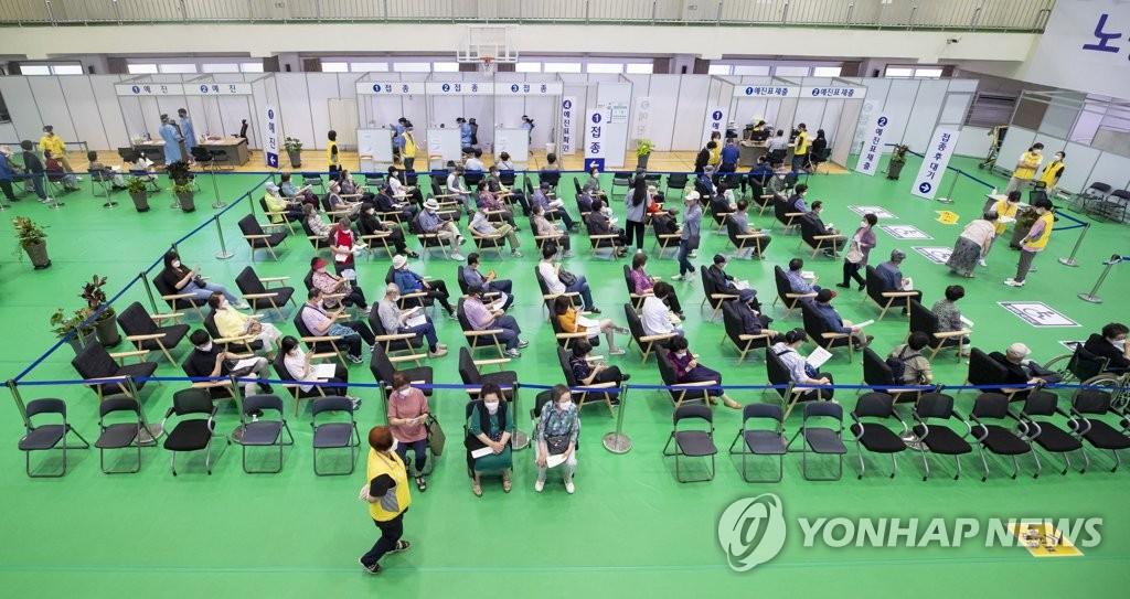 资料图片:新冠疫苗接种中心 韩联社