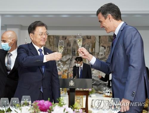 韩西领导人举杯共饮