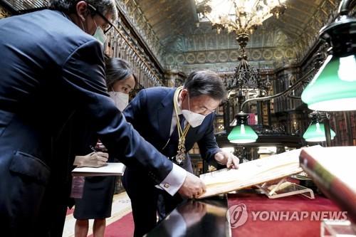 文在寅在西观看古地图:证明独岛是韩国领土