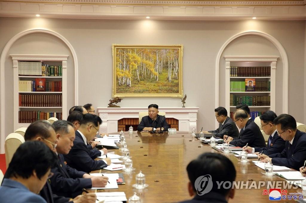 6月16日,在平壤,金正恩主持召开会议。 韩联社/朝中社(图片仅限韩国国内使用,严禁转载复制)