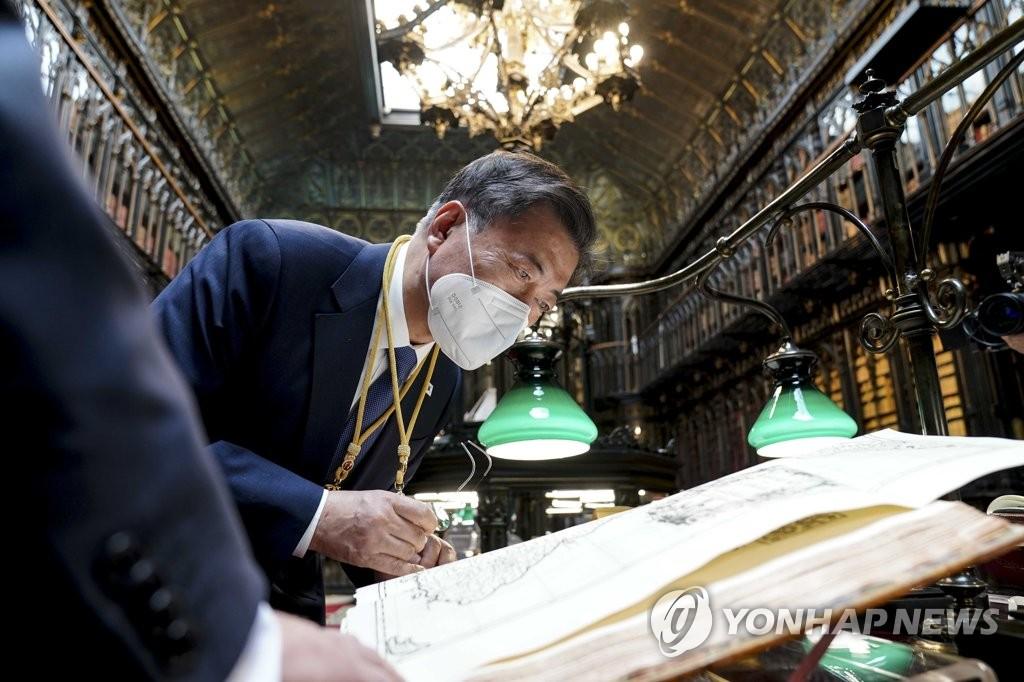 文在寅观赏《朝鲜王朝全图》
