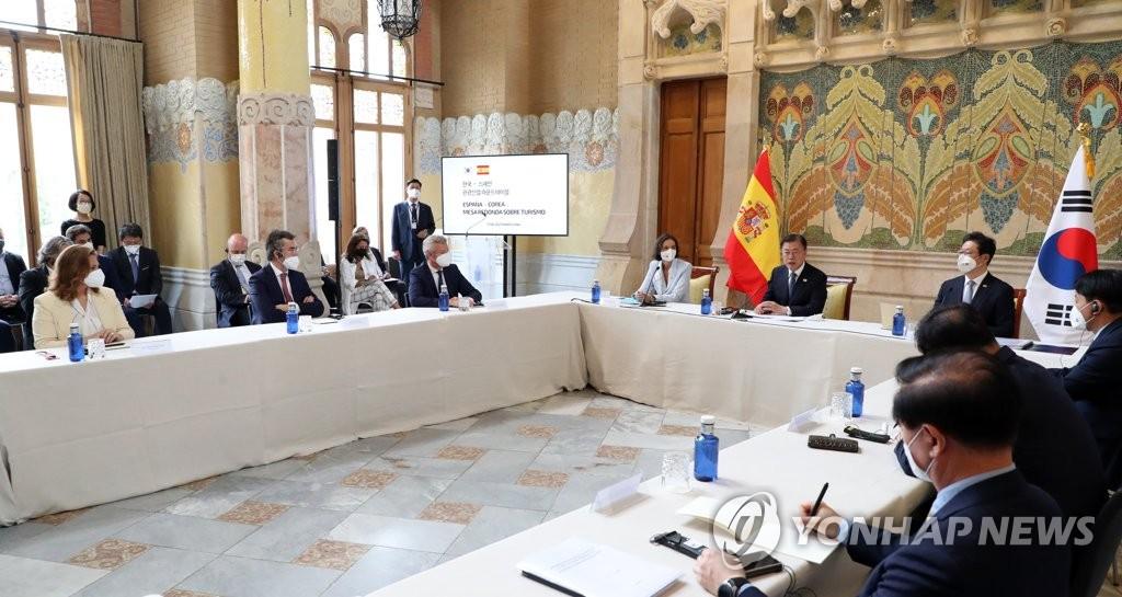 6月17日,在西班牙巴塞罗那,对西班牙进行国事访问的韩国总统文在寅(右五)出席韩国-西班牙旅游业圆桌会议并发言。 韩联社