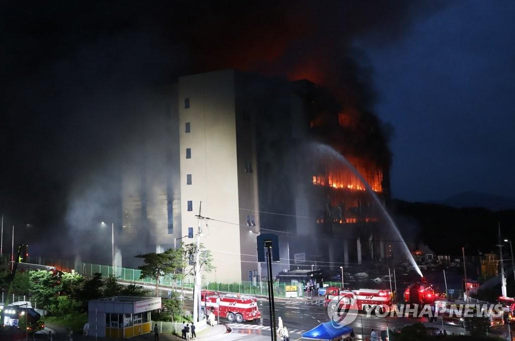 韩一电商物流中心火灾持续24小时