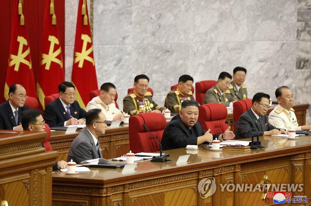 资料图片:6月17日,朝鲜劳动党总书记金正恩(第一排左二)在劳动党第八届三中全会上发言。 韩联社/朝中社(图片仅限韩国国内使用,严禁转载复制)