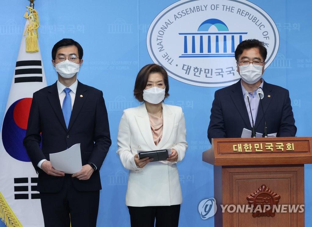 6月18日,在国会,共同民主党议员禹元植(右起)、梁李媛瑛、张京泰举行记者会并宣布,韩国邮政事业本部与快递工会就过劳死对策达成最终协议。 韩联社