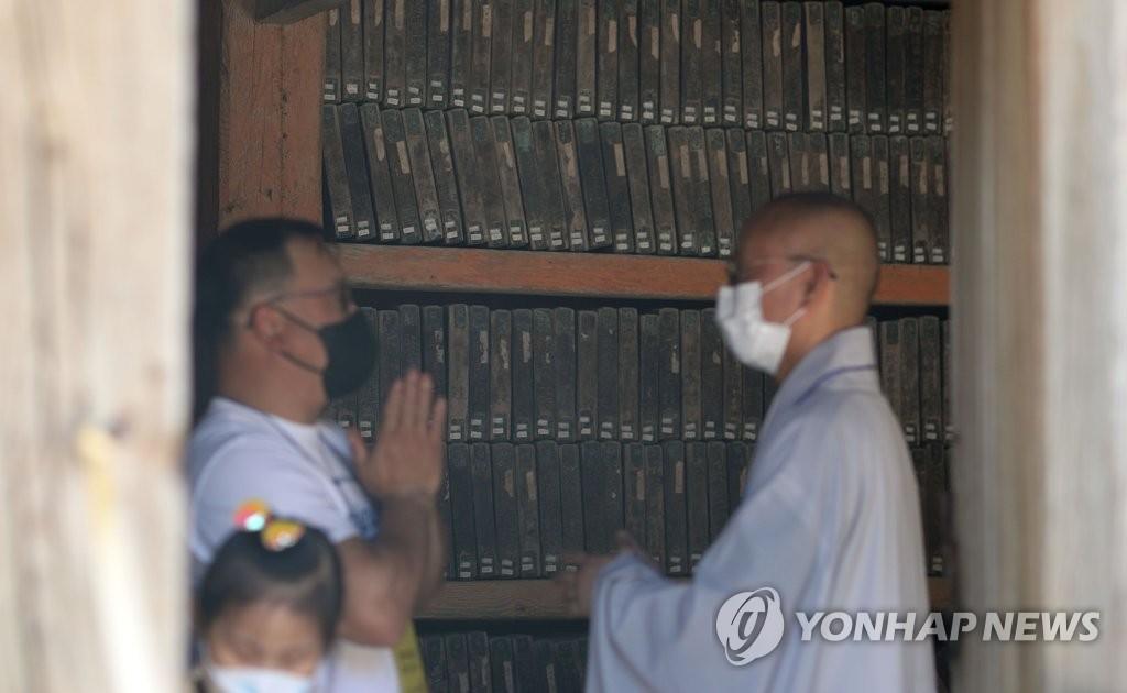 6月20日上午,游客参观收藏《八万大藏经》的法宝殿。 韩联社