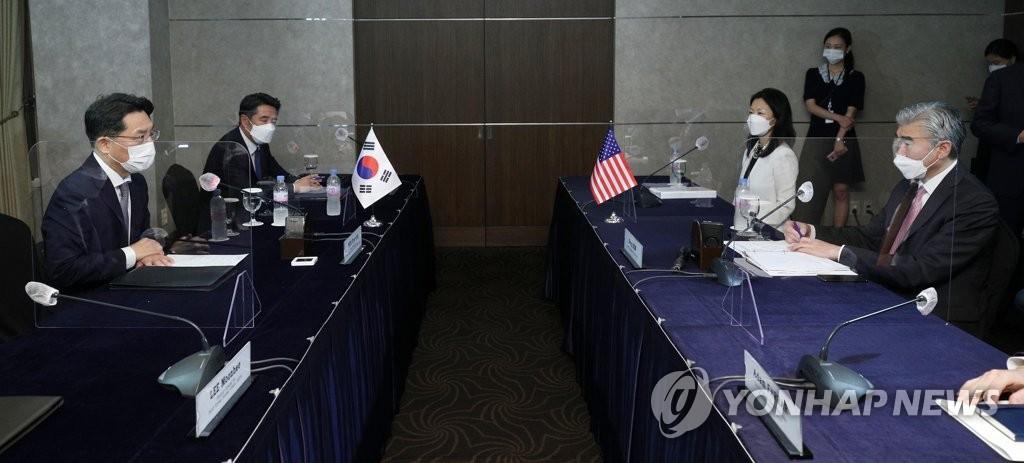 6月21日,在首尔市中区的乐天酒店,鲁圭悳(左)和星·金进行朝核问题首席代表磋商。 韩联社/联合摄影记者团
