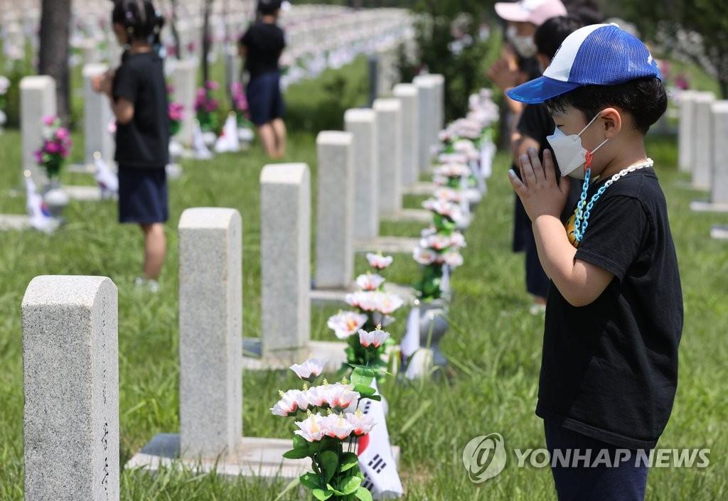 为参战烈士祈祷