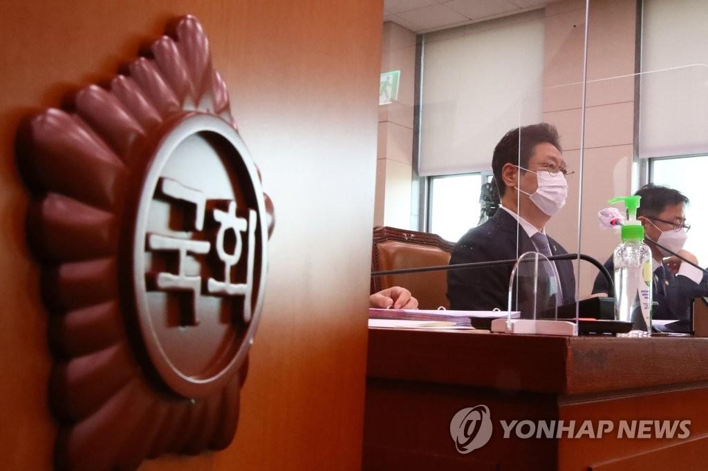 6月21日,韩国文化体育观光部长官黄熙在国会文化体育观光委员会全体会议上答问。 韩联社