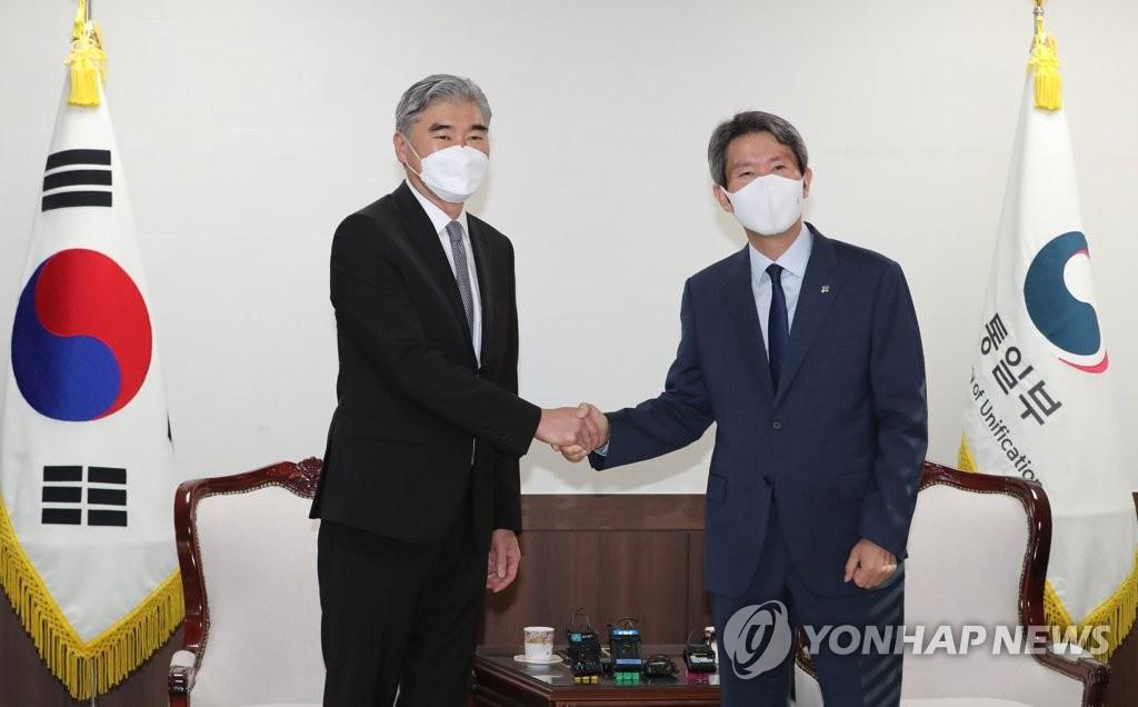 6月22日,在韩国中央政府首尔大楼,韩国统一部长官李仁荣(右)会见到访的美国国务院对朝特别代表星·金。 韩联社