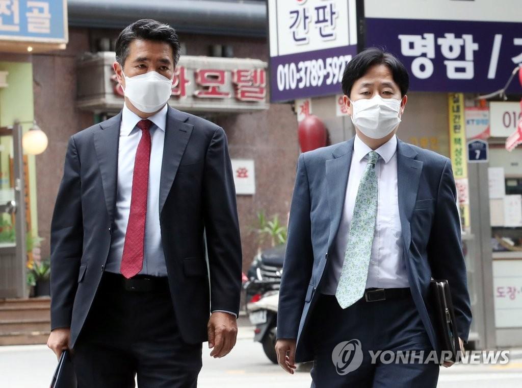 资料图片:2021年6月22日,林甲守(左)走向美国国务院对朝特别代表团下榻的首尔四季酒店。 韩联社