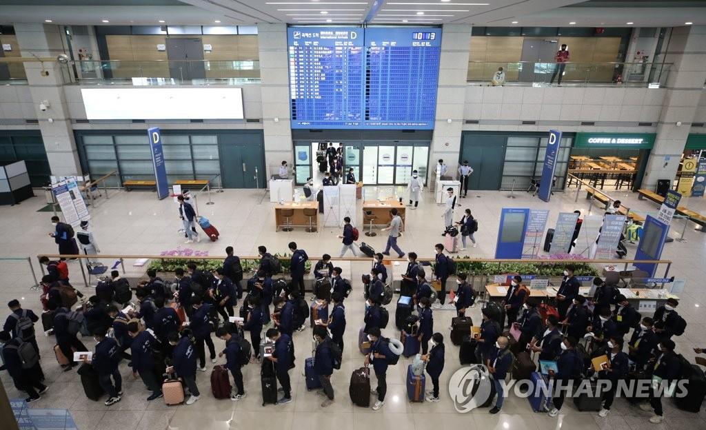 资料图片:6月23日,在仁川国际机场到达大厅,抵韩外籍人员正在走入境流程。 韩联社