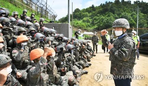 防长视察韩战遗骸挖掘现场