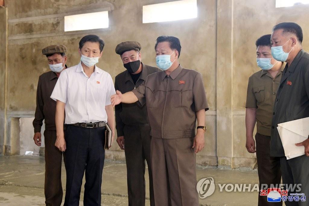 朝鲜崔龙海视察养鸡场施工现场