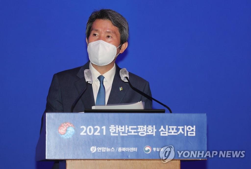 6月25日,在首尔市小公洞乐天酒店举办2021年韩半岛和平研讨会上,韩国统一部长官李仁荣发表主旨演讲。 韩联社