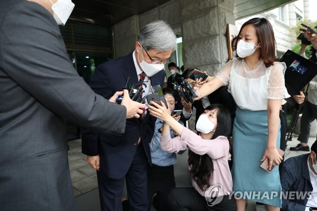 6月28日,在位于首尔市钟路区的韩国监查院,院长崔在亨(中)接受记者采访时表示将辞去监查院院长一职。崔在亨被认为是下届总统人选,他是否会在辞职后从政备受关注。 韩联社