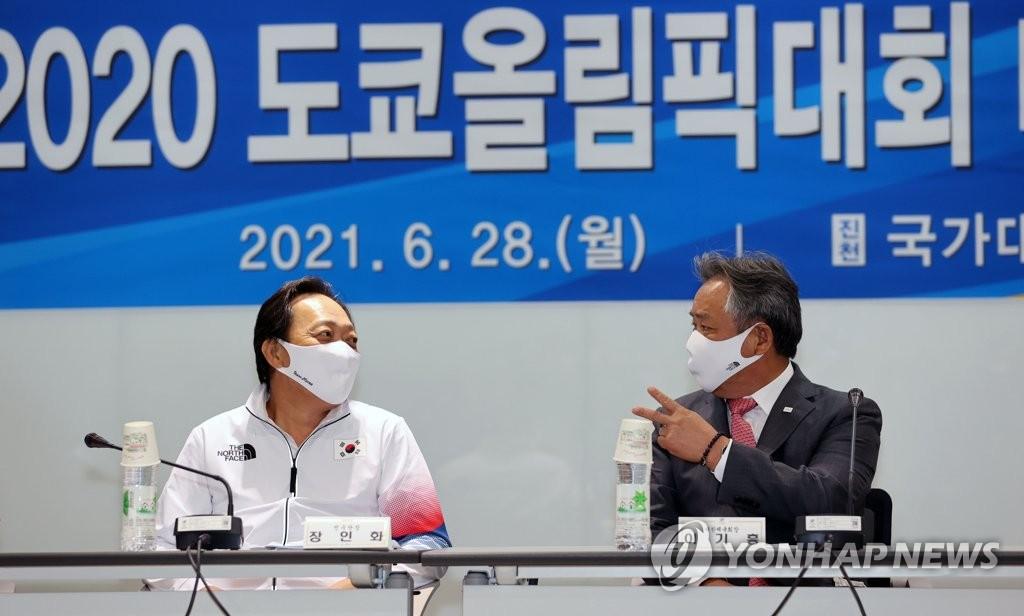 6月28日,2020东京奥运会媒体日活动在镇川国家队运动员村举行,大韩体育会会长李起兴(右)和韩国代表团团长张仁华交谈。 韩联社