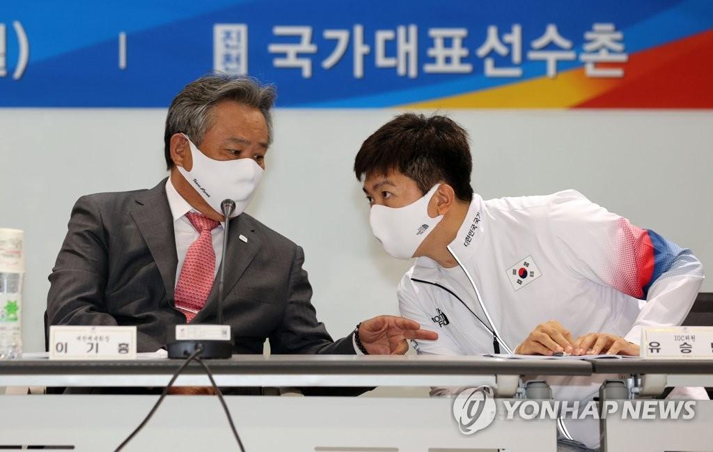 6月28日,2020东京奥运会媒体日活动在镇川国家队运动员村举行,大韩体育会会长李起兴(左)和国际奥委会运动员委员柳承敏交谈。 韩联社