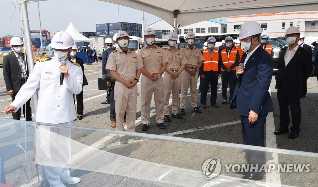 6月29日,在釜山新港,韩国总统文在寅(右二)出席韩国航运公司HMM(原现代商船)第20艘1.6万标箱(TEU)级集装箱船启航仪式。 韩联社