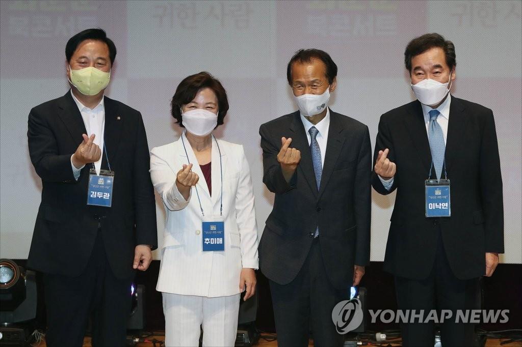 左起依次为金斗官、秋美爱、崔文洵和李洛渊。 韩联社
