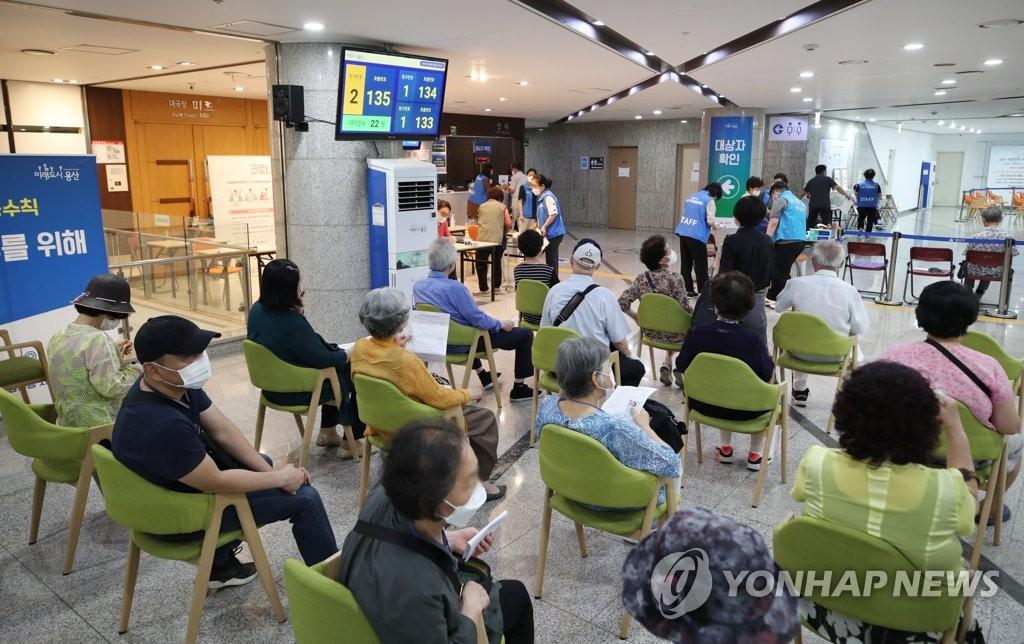 资料图片:6月29日,在首尔市龙山区新冠疫苗接种中心,市民们等待接种辉瑞疫苗。截至当天0时,已有1532.1254万人完成首剂疫苗接种,占总人口的29.8%。 韩联社
