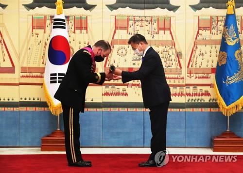 文在寅向驻韩美军司令艾布拉姆斯授勋