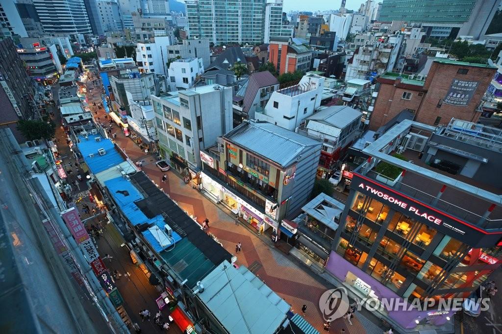 资料图片:7月1日傍晚,在首尔市麻浦区的弘大商圈,街上行人寥寥,少了往日的热闹和喧嚣。 韩联社