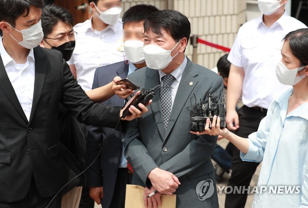 7月2日,在议政府地方法院,前检察总长尹锡悦岳母崔某的辩护律师对判决结果发表立场。 韩联社