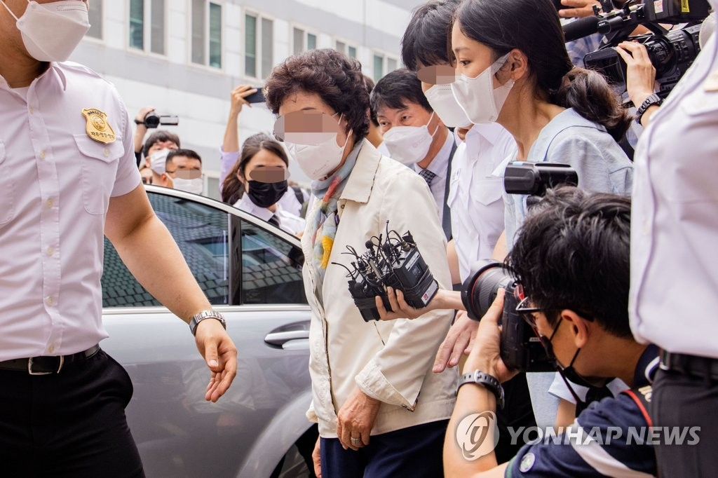 7月2日,在议政府地方法院,前检察总长尹锡悦岳母崔某出庭受审。 韩联社