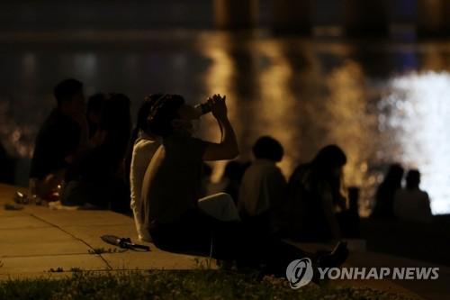 详讯:首尔市禁止晚10点后在公园等户外饮酒