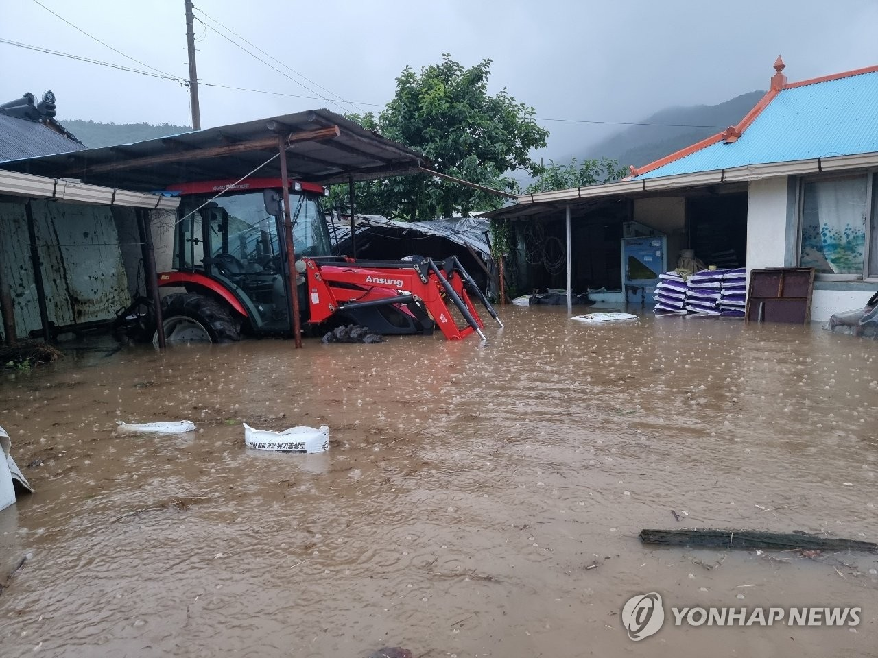 7月6日上午,暴雨突袭韩国西南地区。图为海南郡马山面月山村一带被水淹没,水深已至成人膝盖。 韩联社/读者供图(图片严禁转载复制)