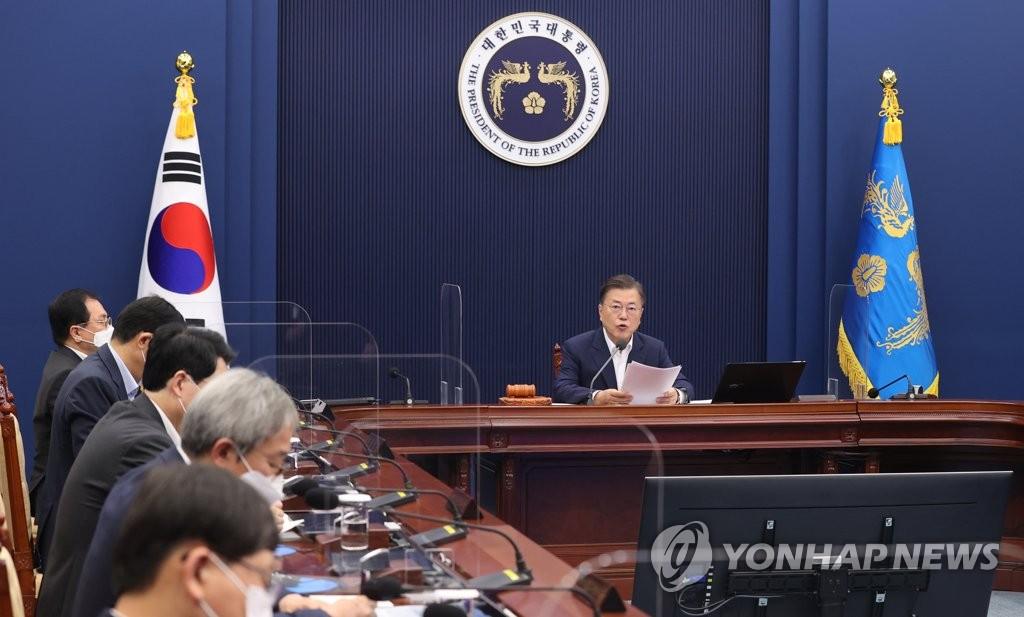 7月6日,在青瓦台,韩国总统文在寅(右)主持召开国务会议。 韩联社