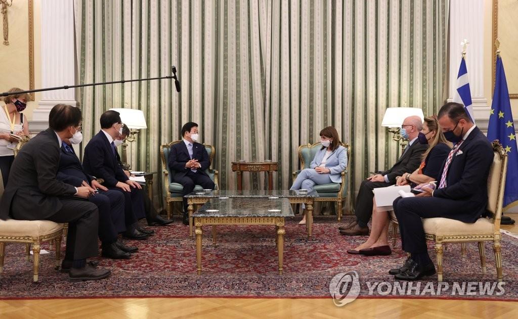 当地时间7月6日,在希腊总统府,韩国国会议长朴炳锡(后排左一)与希腊总统卡特里娜·萨克拉罗普卢(后排右一)讨论两国经济合作方案。 韩联社/韩国国会供图(图片严禁转载复制)