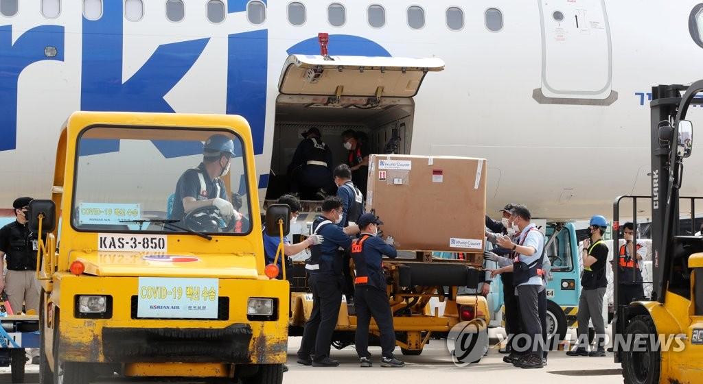 资料图片:7月7日,在仁川机场,来自以色列的70多万剂辉瑞疫苗运抵韩国。 韩联社/机场摄影记者团(图片严禁转载复制)