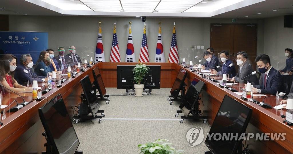 7月7日,在首尔龙山区的国防部办公大楼,国防部长官徐旭同到访的韩国问题研究小组(CSGK)代表团成员举行会晤。 韩联社/《国防日报》供图(图片严禁转载复制)