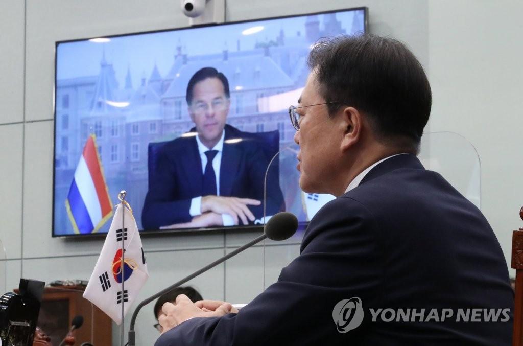 7月7日,在青瓦台,韩国总统文在寅同荷兰马克·吕特举行视频会谈。 韩联社