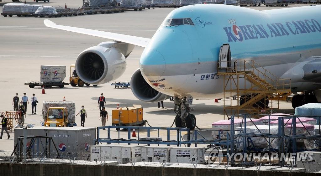 资料图片:7月8日,在仁川国际机场货运航站楼,工作人员正搬运到货的莫德纳新冠疫苗。 韩联社
