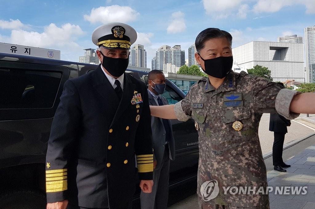 7月14日,在首尔市龙山区的韩国联合参谋本部,元仁哲接待到访的理查德。 韩联社